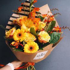 Оранжевое настроение в RoseMarkt Букет дня за 1790₽  Состав: гладиолус, герберы, розы желтые, тюльпаны, гринбелл, колоски, салал. Бесплатная доставка по большинству районов города.  #букетдняRoseMarkt #rosemarkt #оранжевоенастроение #доставкацветовспб