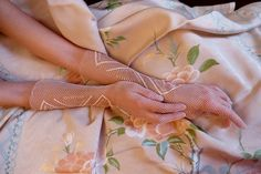 Vintage lace gloves. 1930 - 1950. Hand made crochet. - gauntlet - Gatsby - 1950s - gloves - vintage - gants - guantes - cocktail gloves de HankiesHandkisses en Etsy