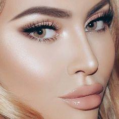 En las nuevas tendencias para este 2017 tenemos el highlighting una técnica de maquillaje que consiste en usar un iluminador para destacar los puntos clave de tu rostro como tus mejillas y debajo de tus cejas. - Por qué no combinarlo con un bronzer? Te permitirá lucir un rostro perfecto. - #tumaqui #makeup #maquillaje #tips #belleza #contorno #makeuplover #makeuprevolution #labios #lipstick #iluminador #vidademaquilladora #gloss #blogger #envios #gratis #nacional #internacional #box…