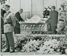 Marilyn Monroe's Funeral Photo: This Photo was uploaded by cioccolatoscuro. Find other Marilyn Monroe's Funeral pictures and photos or upload your own w. Marylin Monroe, Marilyn Monroe Fotos, Joe Dimaggio, Westwood Village, Norma Jeane, Champagne Color, Cemetery, Movie Stars, Akita