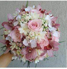 Inspiração 💕💐 . . . . @anacavalcantibuquedesign #casamentodossonhos #love #instagood #casamento #noiva #noivas #makeup #vestidodenoiva… Bridal Bouquet Pink, Diy Wedding Bouquet, Corsage Wedding, Bride Bouquets, Bridesmaid Bouquet, Floral Wedding, Prom Flowers, Bridal Flowers, Flower Arrangements