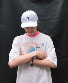 """El líder de BTS, Rap Monster, ha compartido una dulce foto de él abrazando el nuevo libro de Tablo y también nos muestra un vistazo del mensaje que Tablo le ha escrito dentro. En septiembre, Tablo de Epik High publicó un libro titulado """"Blonote"""", el cual es un libro lleno de frases y pensamientos, llamados …"""