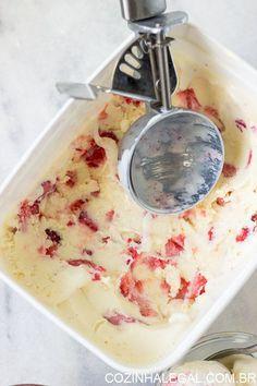 Este sorvete cremoso, gostoso e clássico pode ser usado como a base para qualquer sabor de sorvete que você possa imaginar. Faça hoje mesmo um delicioso Sorvete de leite Ninho com Morango e refresque-se nesse verão. | cozinhalegal.com.br
