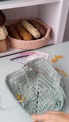 Crochet Bag Tutorials, Crochet Flower Patterns, Crochet Videos, Crochet Patterns Amigurumi, Crochet Motif, Crochet Designs, Crochet Flowers, Plaid Crochet, Crochet Yarn