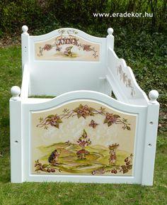 Az ágykeret - Anna névreszóló tömörfenyő indásvirágos-manós mintával festett fehér gyerekágy. Fotó azonosító: AGYANN29