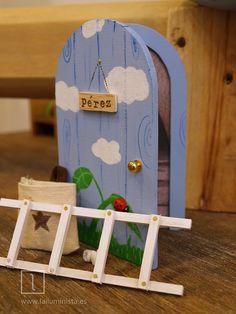 Un original set de regalo para niños a los que se les están cayendo los dientes. Puerta para el ratoncito Pérez con su escalera, saquito para dientes y un par de muelas de pasta de papel.