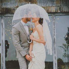 Porque no hay cielo nublado que pueda con nuestra felicidad! 📷 Michelle Lindsell #bodalluviosa #boda #bodas #wedding #casament #casamento #unabodaoriginal #blogdebodas http://www.unabodaoriginal.es/blog/