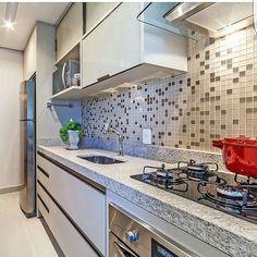 Porque nós amamos cozinhas compactas funcionais e lindas . Projeto @arqmbaptista