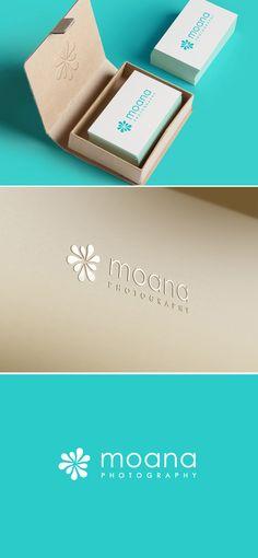 """Moana es un estudio de fotografía ubicado en las Islas Canarias especializado en bebés, familias, reportajes de boda, etc...  Nuestra clienta buscaba una imagen muy cuidada, que transmitiera calidad. En un principio había pensado una imagen abstracta que simbolizara el mar, las olas, ya que el nombre de Moana significa en lengua maorí """"océano"""". También le agradaban símbolos que evocasen esa cultura ya que había vivido varios años en Nueva Zelanda y se sentía unida a esa zona."""