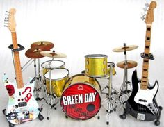 """Amazon.com: Green Day """" Uno Dos Tre """" Miniature Guitar, Bass and Drums Set: Everything Else"""