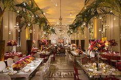 O desejo dos noivos deste casamento, que aconteceu no Copacabana Palace, era uma decoração com cores fortes e velas penduradas no teto. A partir desses doi