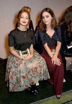 Les Célébrités S'envolent Pour Londres et Ses Podiums Jour 4 Ella Purnell et Jenna Coleman au défilé Burberry.