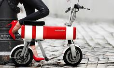 The Motochimp by Vanda Electrics is a small electric motorbike that can fold up to fit in a trunk and has a range of almost 40 miles. Electric Moped, Electric Cars, Electric Vehicle, Honda Monkey, Fuel Efficient Cars, E Scooter, Pit Bike, Cool Inventions, Transportation Design