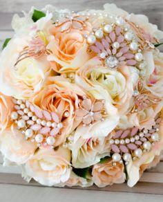 Buchet handmade cu flori din material textil si brose