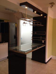 muebles de bar pequeños y minimalistas - Buscar con Google Kitchen Bar Counter, Bar Counter Design, Kitchen Cabinets Decor, Kitchen Room Design, Interior Design Kitchen, Home Bar Rooms, Diy Home Bar, Bars For Home, Bar Sala