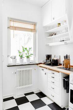 Kök Kitchen Flooring, Kitchen Dining, 50s Kitchen, Colour Blocking Interior, Carpeaux, Kitchen Cupboard Doors, Eclectic Furniture, Sweet Home Alabama, Dining Room Design