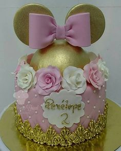 Today's post is about wonderful cakes in the Minnie Rosa version! Beautiful, sweet, delicate theme that is always on the rise ! Bolo Do Mickey Mouse, Minnie Mouse Rosa, Mickey And Minnie Cake, Minnie Mouse Cookies, Bolo Minnie, Minnie Mouse First Birthday, Minnie Mouse Theme, Birthday Cake Girls, Mickey Birthday