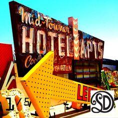 Kussen Mid Towner Hotel (60x60 cm). Foto gemaakt door #MirjamvanRavenhorstDeTextielFabriekSDD. Beperkte oplage van 5 stuks. Te bestellen bij www.vintageinthespotlight.nl