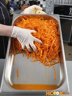 слегка отжимаем морковь и сливаем сок