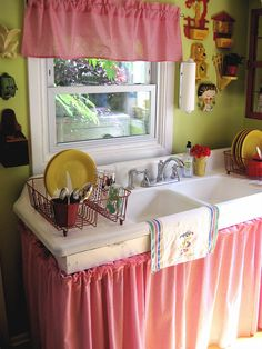 Old fashioned country cottage kitchen. Love the sink, the sink skirt, and the cute dog clock! Cozy Kitchen, Shabby Chic Kitchen, Vintage Kitchen, Kitchen Decor, Vintage Sink, Kitchen Sinks, Green Kitchen, Retro Vintage, Cozy Cottage