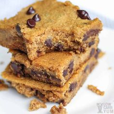 Easy to make low-carb and gluten-freepumpkin bars with chocolate chips that have no sugar added. They're so good even the kids love them. Chocolate Chip Bars, Pumpkin Chocolate Chips, Chocolate Chip Recipes, Vegan Protein Bars, Protein Cake, Gluten Free Pumpkin Bars, Pumpkin Recipes, Snack Recipes, Dessert Recipes