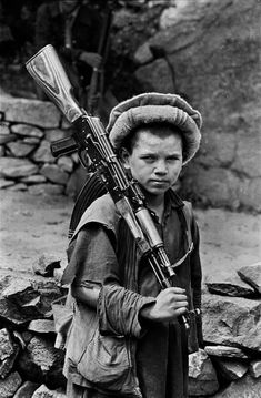 Steve Mccurry, James Nachtwey, Les Philippines, Afghanistan War, Robert Doisneau, War Photography, Guerrilla, People Of The World, Military History