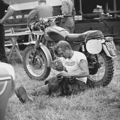 Erfurt, Germany — Steve McQueen rolls a cigarette during a rest as he took part in the international motorcycle race Six Days on his Triumph with the number Photo, Dieter Demme Steve Mcqueen Triumph, Actor Steve Mcqueen, Vintage Bikes, Vintage Motorcycles, Vintage Motocross, Vintage Cars, Steeve Mcqueen, Foto Picture, Harley Davidson