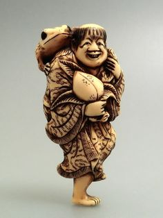 Gama sennin - Signed YOSHITOMO. Ivory Netsuke are the most prized Japanese miniature carvings representing legends or imaginary animals. 7.1cm.