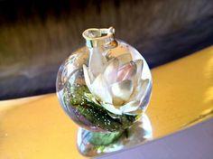 Helles Blümchen auf das grünen Blättchen  von CoralRose auf DaWanda.com
