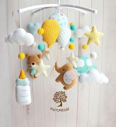 Baby Mädchen Mobile, Felt Mobile, Baby Room Diy, Baby Room Decor, Baby Door Wreaths, Handmade Baby, Handmade Toys, Baby Boy Cribs, Diy Baby Gifts