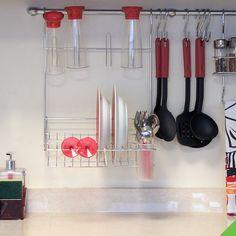 Já pensou em usar um escorredor de louça de parede? O espaço e a organização da sua cozinha agradecem. ;) #CozinhaeLavanderia