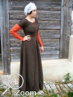 German House Dress - fitted kirtle with front lacing 3/4 sleeves and detachable outer sleeves. Site is in German.