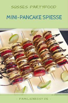 Mini-Pancake Spieße sind ein süßes Partyfoot für jeden Kindergeburtstag, aber auch bei Erwachsenen sehr beliebt. Die kleinen Pancakes mit Erdbeeren, Banane und Schokolade sind am Spieß ein Fingerfood, das sowohl Auge wie auch Bauch gut schmeckt und bei dem sich die Arbeit lohnt. Hier geht es zum Rezept für dieses süße Dessert: http://www.familienkost.de/rezept_mini-pancake-spiesse_mit_obst.html