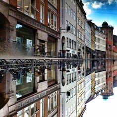 La beauté de Copenhague capturée dans les reflets des flaques d'eau