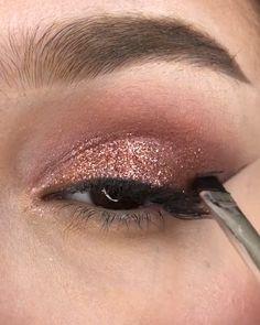 Gold Eye Makeup, Makeup Eye Looks, Eyebrow Makeup, Skin Makeup, Eyeshadow Makeup, Rose Gold Makeup Looks, Makeup Brushes, Glitter Makeup Tutorial, Smokey Eye Makeup Tutorial