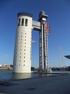 LaTorre Schindler está ubicada en la Isla de la Cartuja de Sevilla. Es una torre mirador construida con motivo de la Exposición Universal de 1992 Fue realizada por el arquitecto Guillermo Vázquez Consuegra.  En 2012 reabrió como parte del Pabellón de la Navegación de Sevilla.