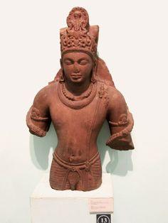 Vishnu. Mathura. Gupta, milieu du ve siècle. Ronde bosse, grès rouge, 109 x 67 x 22 cm. National Museum, New Delhi8.