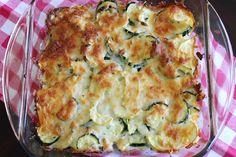 en lekker koolhydraatarm hoofdgerecht, ovenschotel met courgette en paprika. Dit is een heerlijk vegetarisch gerecht met courgette, paprika, kaas, eieren en broodkruimels. De combinatie van kaas, eieren en courgette geeft dit gerecht een heerlijke smaak.