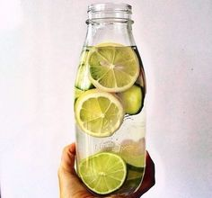 ЗАЧЕМ ПИТЬ УТРОМ ВОДУ С ЛИМОНОМ Теплая вода с лимоном помогает пищеварению, ее атомарный состава похож на слюну и соляную кислоту желудочного сока. Печень вырабатывает больше ферментов из воды с лимоном / лаймом, чем из любой другой пищи Лимонная вода выступает против инфекции дыхательных путей. Теплая вода с лимоном помогает естественному опорожнению кишечника. Лимон является мощным антиоксидантом Кроме того, в лимоне содержится кальций и магний в хорошем соотношении. Вода с лимоном очищает…