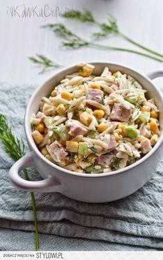 Sałatka z makaronem ryżowym, świeżym ogórkiem, kukurydz… na Stylowi.pl Tasty, Yummy Food, Delicious Food