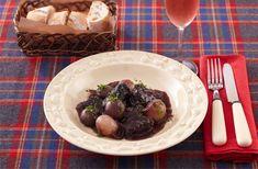 赤ワイン煮込みといえば、フレンチの大定番。赤ワインの酸味と風味が牛肉のうまみを引き立てます。肉がぱさつかないよう、しっとりと仕上がるレシピにしました。