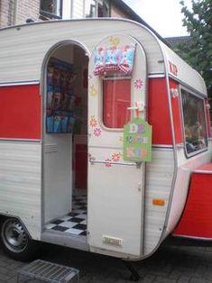 Prachtige retro Kip Caravan in vrolijke kleuren