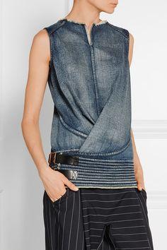 Junya Watanabe - Jean bleu  S'enfile simplement  100% coton ; finitions : 100 % cuir (vache)  Nettoyage à sec  Fabriqué au japon