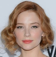 Haley Bennett Retro Updo - Haley Bennett pinned up her strawberry tresses with a retro-inspired faux bob. Fancy Hairstyles, Celebrity Hairstyles, Hairstyle Ideas, Strawberry Blonde Bob, Medium Hair Styles, Short Hair Styles, Haley Bennett, Faux Bob, Shades Of Red Hair