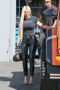 billionaire Kylie Jenner dons skinny latex pants with black Dior tee and matching heels as she wraps up at the studio on this Friday afternoon. Kylie's pants looked so tight that it appeared to be difficult to bend her knee enough to get into her G Wagon. Looks Kylie Jenner, Kylie Jenner Outfits, Kylie Jenner Style, Kris Jenner, Maquillage Kylie Jenner, Stuart Weitzman, Estilo Kardashian, Latex Pants, Dior