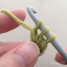 When beginning a new crochet piece, like a blanket or a scarf, chaining and crocheting into the chain afterwards can be a pain. Diy Crafts Knitting, Crochet Projects, Crochet Gifts, Diy Crochet, Half Double Crochet, Single Crochet, Filet Crochet, Crochet Stitches, Crochet Designs