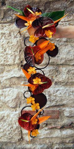 Bouquet retombant moderne exotique Deco Floral, Arte Floral, Floral Design, Maroon Wedding, Floral Wedding, Floral Bouquets, Wedding Bouquets, Amazing Flowers, Floral Arrangements