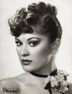 Gülşen Bubikoğlu Famous Portraits, Old Actress, Celebs, Celebrities, Actresses, Statue, Actors, Artist, Movies