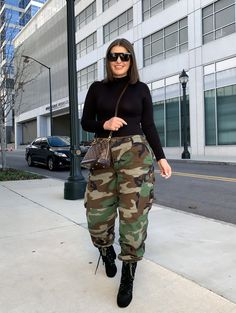 Camo Pants Outfit, Joggers Outfit, Camo Joggers, Winter Fashion Outfits, Chic Outfits, Fashion Fashion, Thrift Fashion, Street Style Women, Street Styles