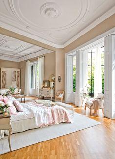 Dormitorio en finca regia con ropa de cama en blanco y rosa